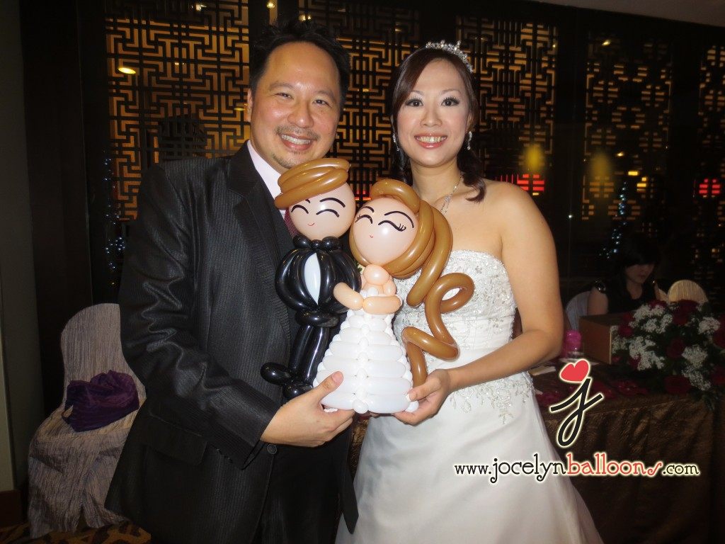 balloon wedding couple sculptures with the bride and groom