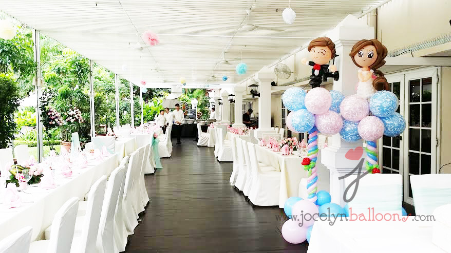 wedding balloon columns with wedding couples